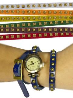Armbanduhr mit Nieten farblich sortiert