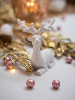 Rentier-Dekofigur aus Harz Weihnachts-Deko weiß 6,6 cm